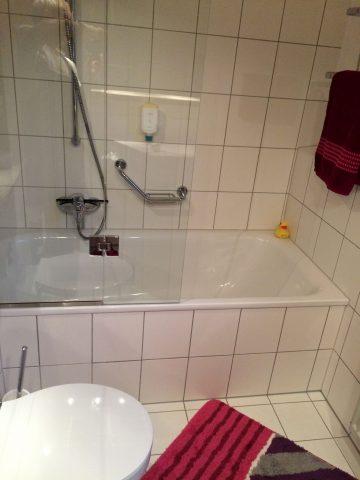 Bad mit Dusche und Badewanne im OG