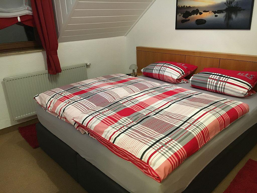 Schlafzimmer 1 mit Boxspringbett 180x200cm