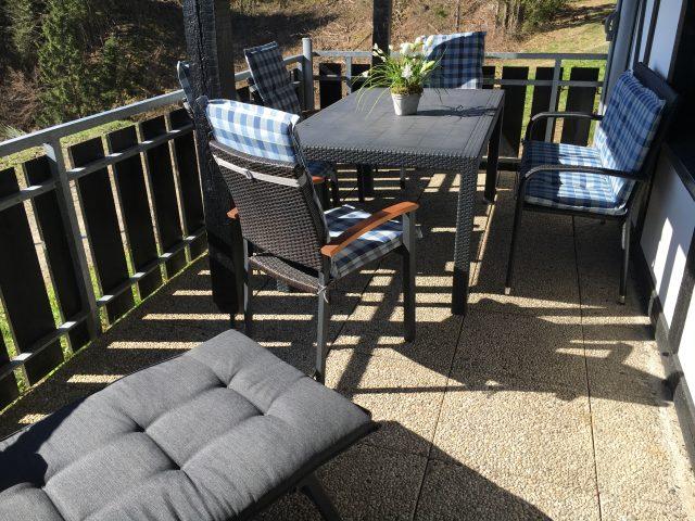 Terrasse mit Liegestuhl