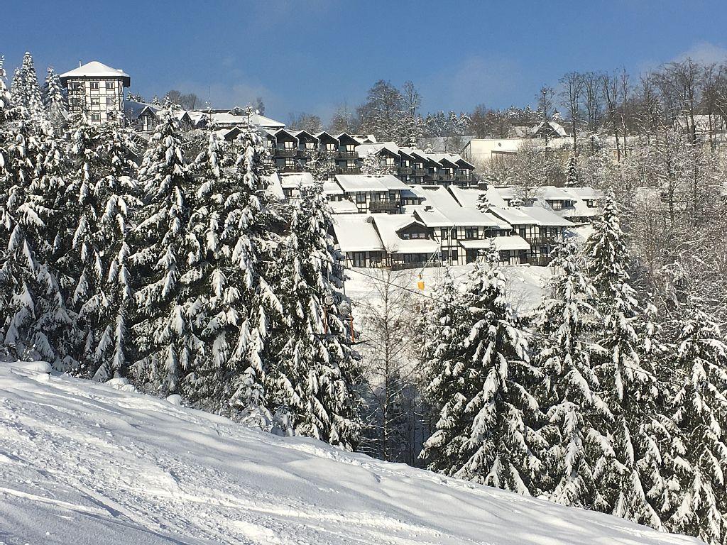 Winterblick von der Skipiste auf das Ferienhaus
